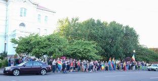 Große Menge tritt mit Regenbogenflaggen vor Gericht Corvallis Oregon für Orlando-Schießenopfer zusammen stockfoto