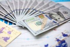 Große Menge US-Währung auf Finanzstatistikdiagrammen stockfotografie