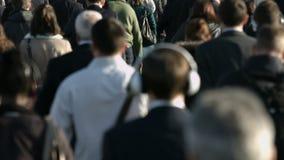 Große Menge von Fußgängern gehen über London-Brücke 21a stock video footage