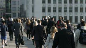 Große Menge von Fußgängern gehen über London-Brücke 08 stock video