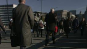 Große Menge von Fußgängern gehen über London-Brücke 49 stock footage