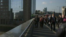 Große Menge von Fußgängern gehen über London-Brücke 56 stock video footage