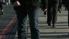 Große Menge von Fußgängern gehen über London-Brücke 33 stock video footage