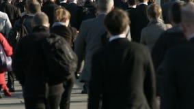 Große Menge von Fußgängern gehen über London-Brücke 21c stock video
