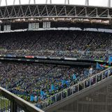 Große Menge von Leuten an einem Fußballspiel Lizenzfreie Stockfotografie