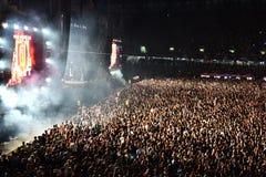 Große Menge von Leuten an einem Konzert in der Front des Stadiums Stockfotografie