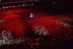 Große Menge von Leuten an einem Konzert in der Front des Stadiums Lizenzfreie Stockfotos