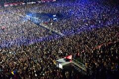 Große Menge von Leuten an einem Konzert in der Front des Stadiums Lizenzfreie Stockbilder