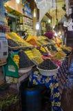 Große Mengen der pyramidically Staplungsoliven für Verkauf auf Markt oder soukh von Marrakesch, Marokko stockfotos