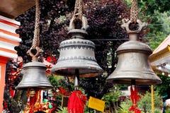 Große metallische Glocken in Naina Devi Temple bei Nainital, Indien Stockbild
