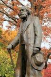 Große Metallskulptur des alten Mannes im Park Stockbilder