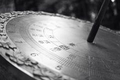 Große Metallsonnenuhr mit chinesischen Schriftzeichen Stockfotos