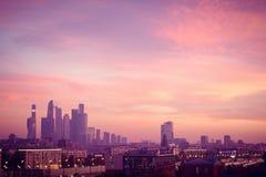 Große Metropole gegen den Hintergrund eines schönen Sonnenuntergangs im Fall stockfotografie