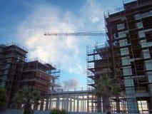 Große moderne Baustelle bedeckt mit Baugerüst und einem großen Kran gegen einen hellen blauen Himmel Lizenzfreie Stockbilder