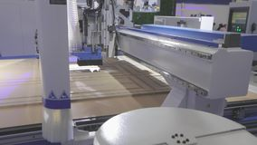 Große moderne Holzbearbeitungsmaschine Werkzeugmaschine bei der Arbeit an der Ausstellung stock video footage