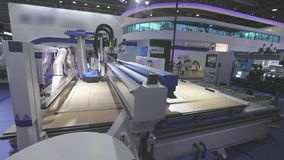 Große moderne Holzbearbeitungsmaschine Werkzeugmaschine bei der Arbeit an der Ausstellung stock footage