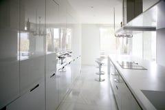 Große moderne zeitgenössische weiße Küche Stockbilder