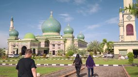 Große Moschee An-Nur in Pekanbaru, Indonesien stock video footage