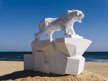 Große Origamiskulptur des Tigers im Strand Stockbild