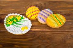 Große Ostern-Plätzchen mit Zuckerglasurklingenlilie Stockfoto