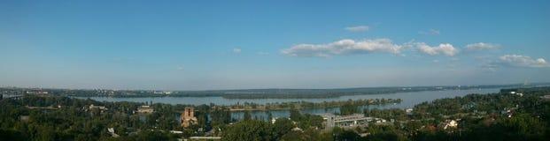 Große Panoramaansicht von Fluss und von Wald Stockfoto
