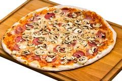 Große Party-Pizza Salami, Pilze und GemüseiSO Lizenzfreie Stockfotos