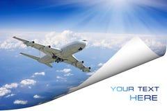 Große Passagierflugzeuge im blauen Himmel. Postkarte Stockbild