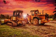 Große Planierraupen an der Baustelle, bewölkter Himmel lizenzfreies stockfoto
