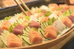 Große Platte von Lachs-, Maränen- und Thunfischsashimis mit der gleichen Gurke stockbild