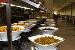 Große Platten des Lebensmittels im Restaurant Lizenzfreie Stockbilder
