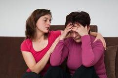 Große Probleme - Tochter tröstet ältere Mutter Lizenzfreie Stockfotos