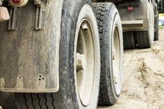 Große Räder des Bau-LKWs Stockfotos