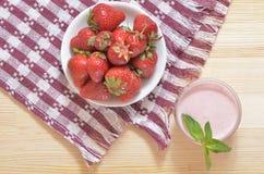 Große reife Erdbeeren auf einer weißen Platte Lizenzfreies Stockfoto