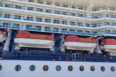 Große Rettungsboote auf Kreuzschiff Lizenzfreies Stockfoto
