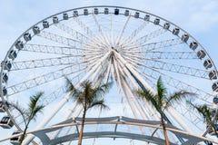 Große Riesenrad herein Hintergrund des blauen Himmels stockfoto