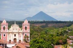 Große rosa Kirche, die vor einem Berg steht Stockfotografie