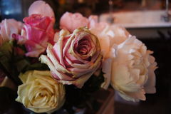 Große Rosen blühen völlig im Blumenshop Stockfotografie
