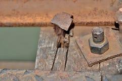 Große rostige Metallnuß schloss mit Rost und Korrosionsbolzen, industriellem Bolzen und Nuss zu Lizenzfreies Stockbild