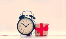 Große rote Alarmuhr punktiertes Band und schönes Geschenk auf gewonnen Stockfoto