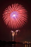 Große rote Feuerwerke Lizenzfreie Stockbilder