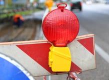 Große rote Lampe, zum von Straßenarbeiten und von Straßenarbeiten zu signalisieren Lizenzfreie Stockfotografie