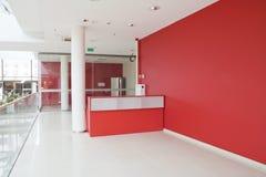 Große rote Wand im modernen Büro Stockbild