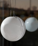 Große runde Deckenleuchte mit Reflexion Stockfotos