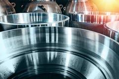 Große runde Metallteile werden auf einer Drehbank in der Werkstatt an der Fabrik hergestellt stockbilder