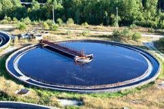 Große runde Sedimentbildungentwässerung stockfoto