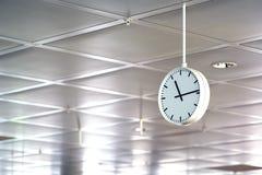 Große runde weiße Uhr Lizenzfreie Stockfotografie