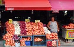 Große Säcke Zwiebeln für Verkauf Stockbilder