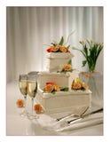 Große süße mehrstufige Hochzeitstorte mit Blumen stockfotos