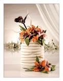 Große süße mehrstufige Hochzeitstorte mit Blumen stockbild