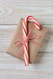 Große Süßigkeit Cane Small Present Stockbilder